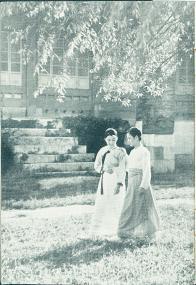 경복궁 전각 앞 두 여성