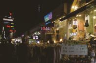 서교365에서 흔히 볼 수 있는 옷가게와 타로가게