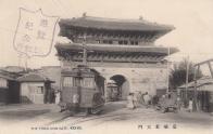 동대문 홍예를 통과하는 전차의 모습
