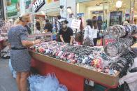 다양한 상품을 판매하는 명동의 노점들(액세서리)