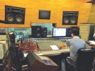 신촌블루스의 새 음반 녹음작업 모습