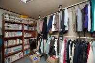 쪽방 주민을 위한 책과 옷들