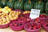 여름철 재래시장의 과일